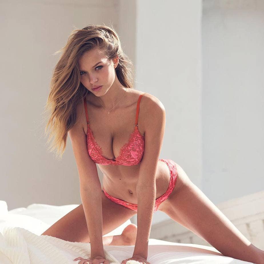 Josephine Skriver Model Bayi Tabung Dengan Bra